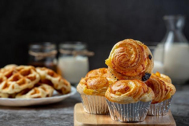 Свежий датский хлеб с молоком и фруктами, черника, вишневый соус, подается с молоком. Бесплатные Фотографии