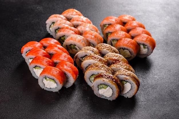 Свежие вкусные красивые суши-роллы на темном фоне | Премиум Фото