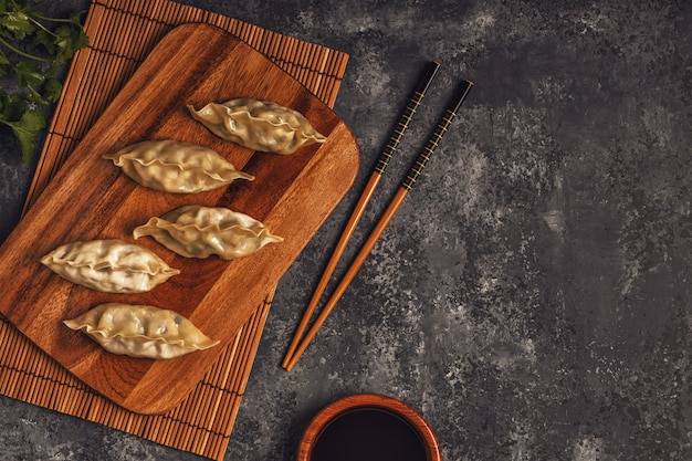 木の板に新鮮な餃子 Premium写真