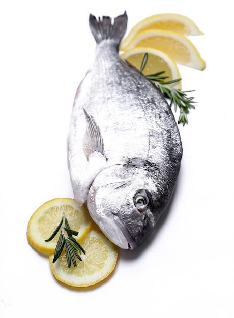 Pesce fresco con il limone su bianco Foto Gratuite
