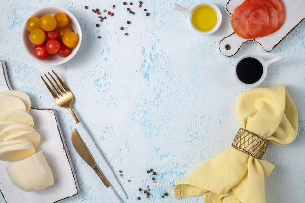 青の背景に生鮮食品や野菜やスパイス。テキストの場所。デザインのテンプレート。 Premium写真