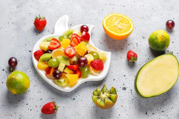新鮮なフルーツとベリーのサラダ、健康的な食事。 無料写真
