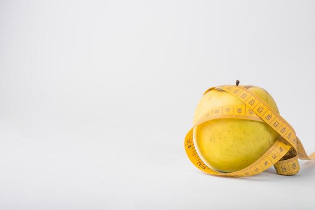 新鮮な果物とテープ Premium写真