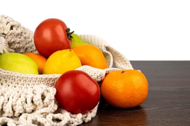 ストリングバッグに入っている新鮮な果物と野菜、食品 Premium写真