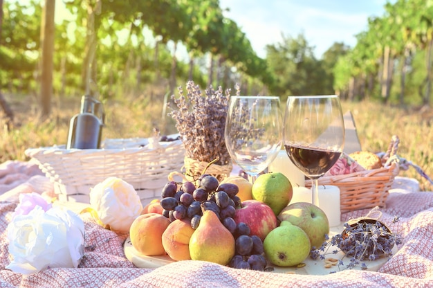 Пикник на открытом воздухе со свежими фруктами и бокалом вина Бесплатные Фотографии