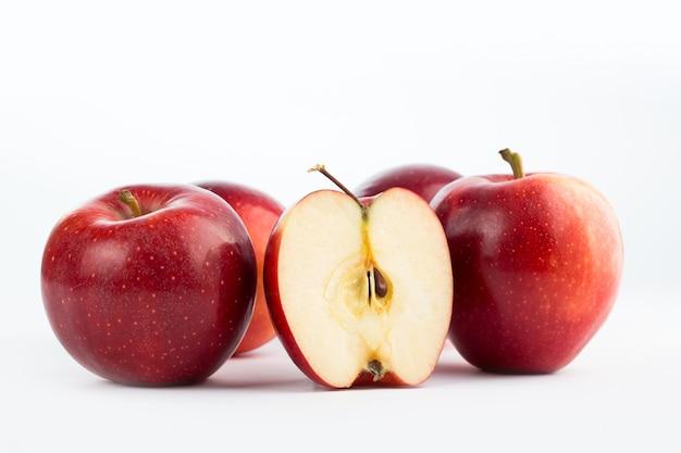 신선한 부드러운 육즙 빨간 사과 흰색 절연의 신선한 과일 무리 무료 사진