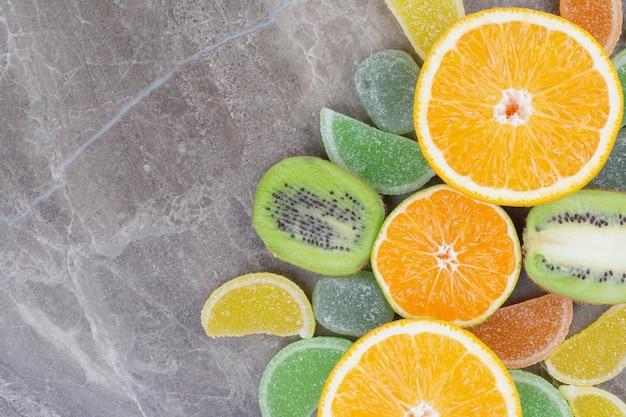 Frutta fresca con marmellate dolci su sfondo marmo. Foto Gratuite