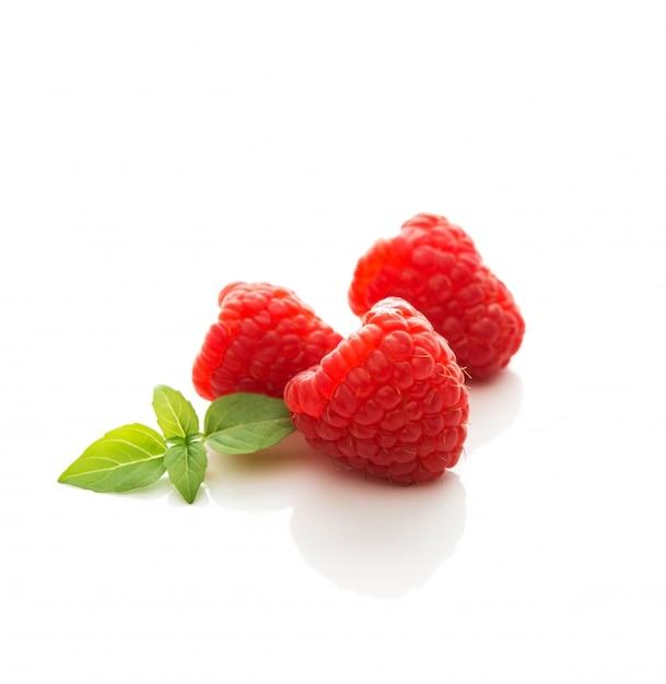 新鮮な庭のラズベリー、白い分離、クローズアップの夏の果実 Premium写真