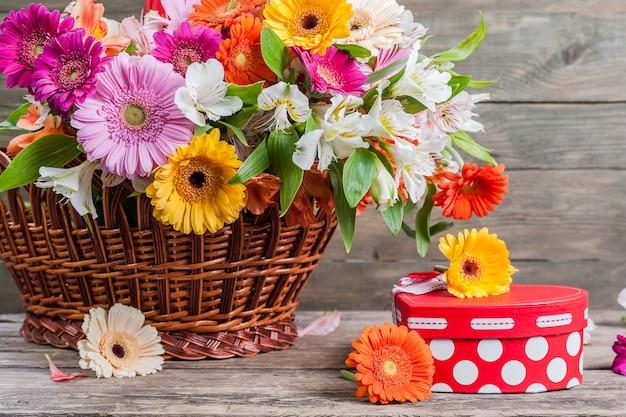 木製の壁に新鮮なガーベラの花 Premium写真