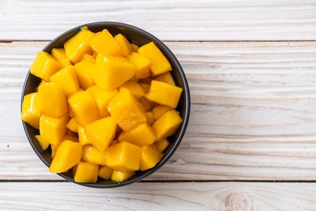 Fresh and golden mangoes Premium Photo