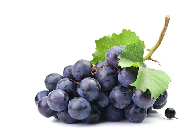 Свежий виноград на белом фоне Premium Фотографии