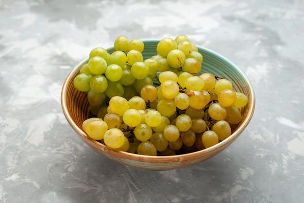 光のプレート内の新鮮な緑のブドウ 無料写真