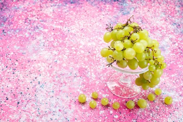 新鮮な緑のブドウ全体の酸味とおいしい果物を光で 無料写真