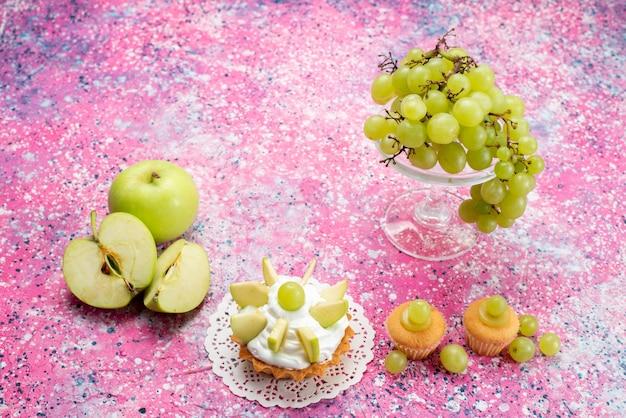 新鮮な緑のブドウ全体の酸っぱくておいしい果物と小さなケーキの光 無料写真