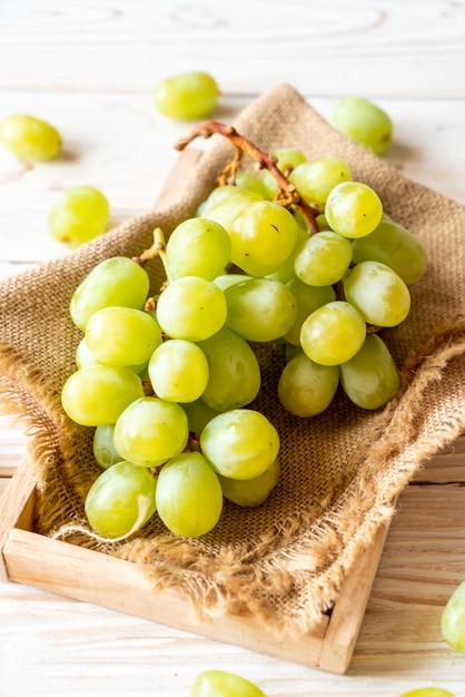 新鮮な緑のブドウ Premium写真