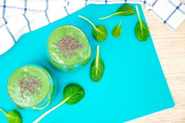 有機緑の果物と野菜で作られた新鮮な青汁スムージー。健康的な食事、ダイエット、菜食主義、デトックスの概念。テキスト用のスペース。フラットレイ。 Premium写真