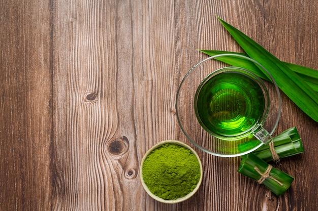 テーブルの上の新鮮な緑のパンダンの葉 無料写真