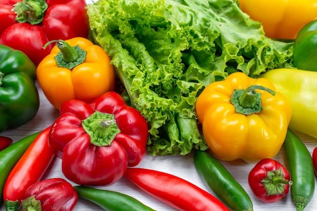 新鮮なグリーンサラダと色付きのピーマンとスパイシーペッパーの組成野菜料理メアサラダの材料 無料写真