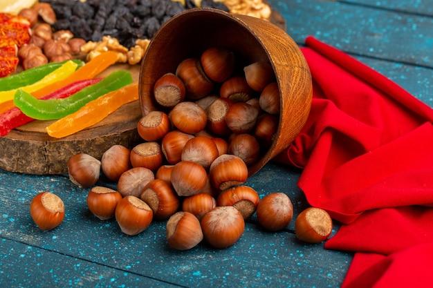 青い机のスナック写真の色に新鮮なヘーゼルナッツ 無料写真