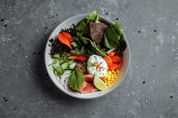 新鮮でヘルシーな軽い朝食、ビジネスランチ。半熟卵、そば、赤魚、新鮮なサラダ、キュウリ、ビジネスランチのコンセプトで朝食します。 Premium写真