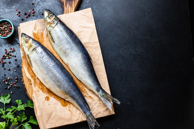 新鮮なニシンの魚の塩漬けシーフードは、テーブルのペスカタリアンダイエットですぐに食べられます Premium写真