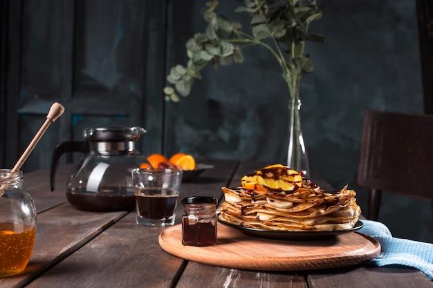 Свежие домашние французские блинчики с яйцом, молоком и мукой, заправленные мармеладом на винтажной тарелке Бесплатные Фотографии