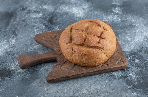 木の板に焼きたての自家製ライ麦パン。高品質の写真 無料写真