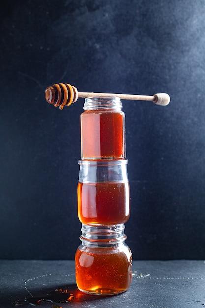 Свежее медовое сладкое угощение залить или приготовить десертное блюдо на столе Premium Фотографии