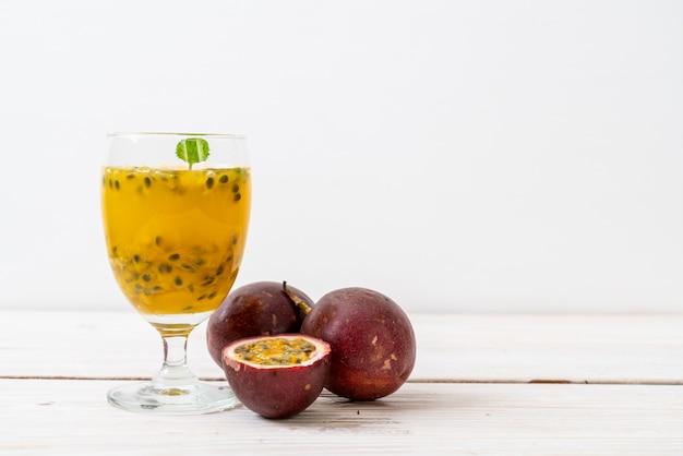 Fresh and iced passion fruit juice Premium Photo