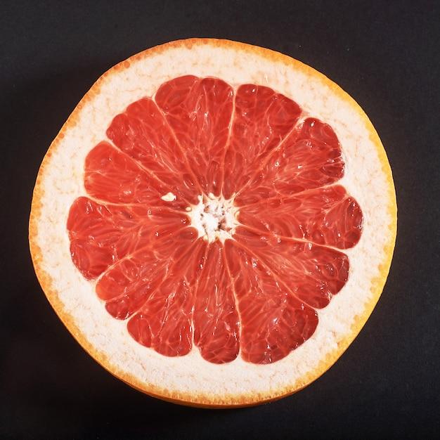 新鮮なジューシーなグレープフルーツのスライス。 無料写真