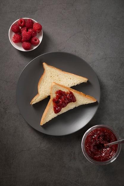 Свежее сочное домашнее варенье и ломтики хлеба Бесплатные Фотографии