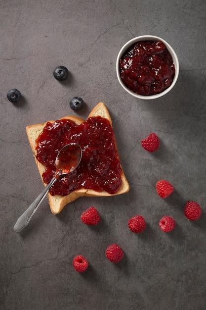 Свежее сочное домашнее варенье на ломтике хлеба Бесплатные Фотографии