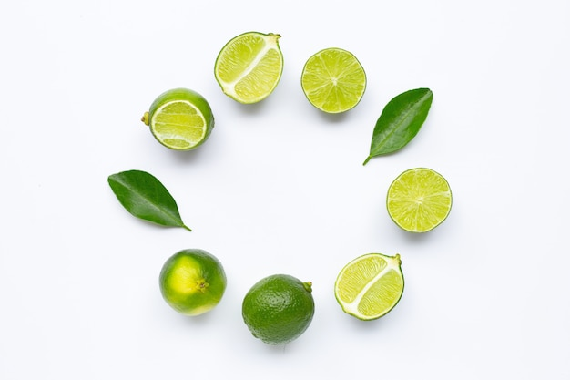 Fresh limes with leaves, rounded frame composition for background Premium Photo