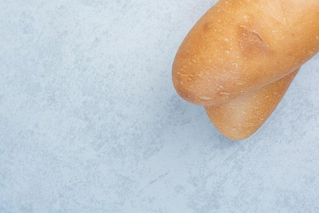Pane fresco della pagnotta su priorità bassa blu. foto di alta qualità Foto Gratuite