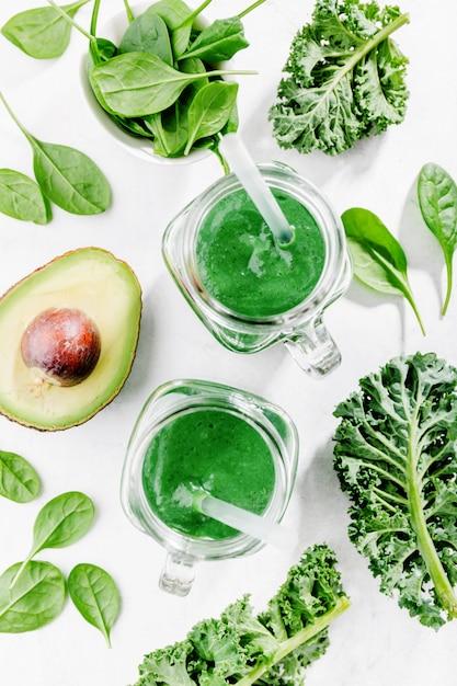 Fresh made green smoothie in bottle Premium Photo