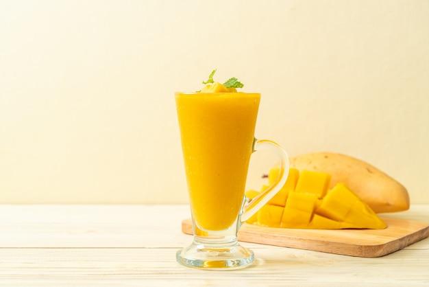 Fresh mango smoothies Premium Photo