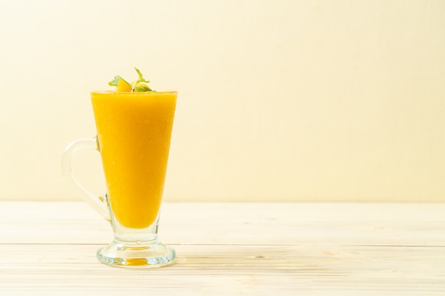 Fresh mango smoothies Premium Photo