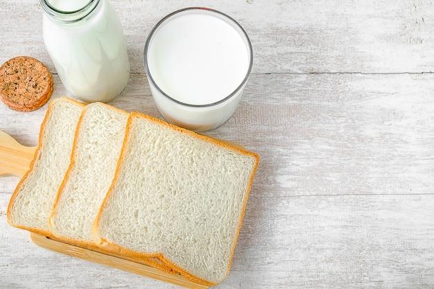 Fresh milk and breakfast bread | Premium Photo