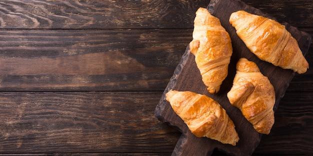Fresh mini croissants Premium Photo