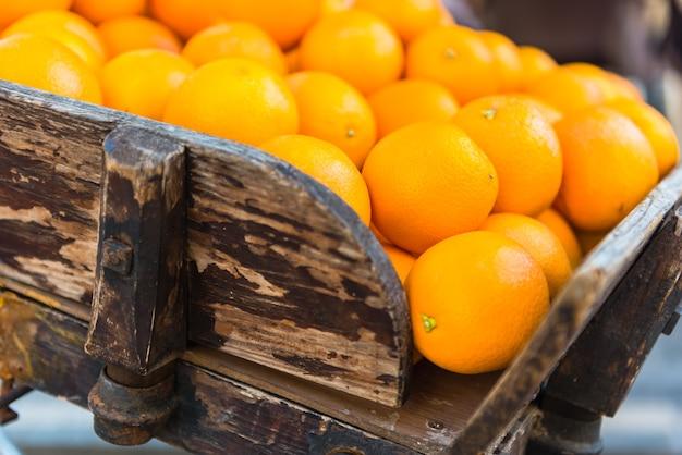 町のヴィンテージ木製カートに新鮮なオレンジ Premium写真