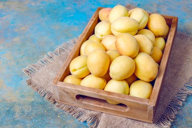 新鮮な有機アプリコット、夏の果物、上面図 無料写真
