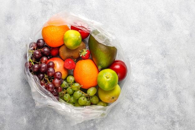 Ассорти из свежих органических фруктов и ягод. Бесплатные Фотографии