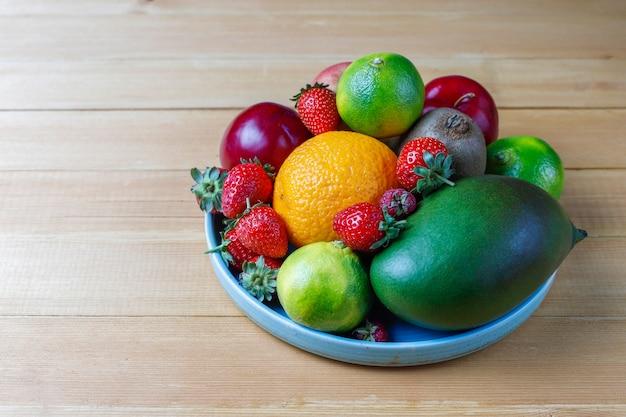 Frutti e bacche assortiti organici freschi. Foto Gratuite