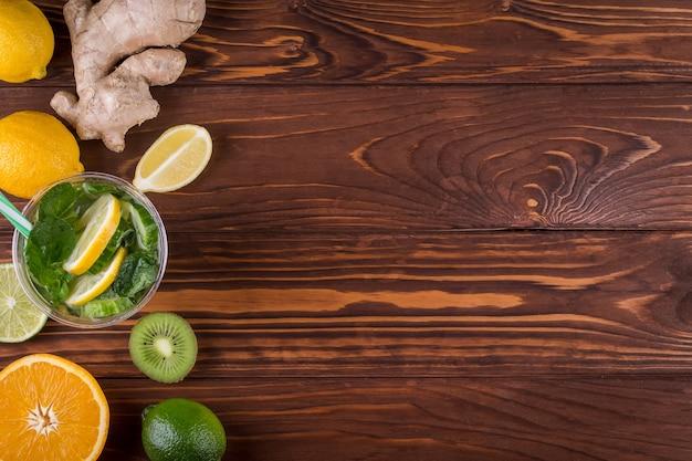 Свежие органические цитрусовые и на деревянных фоне. концепция здорового питания и здорового образа жизни. вид сверху Premium Фотографии