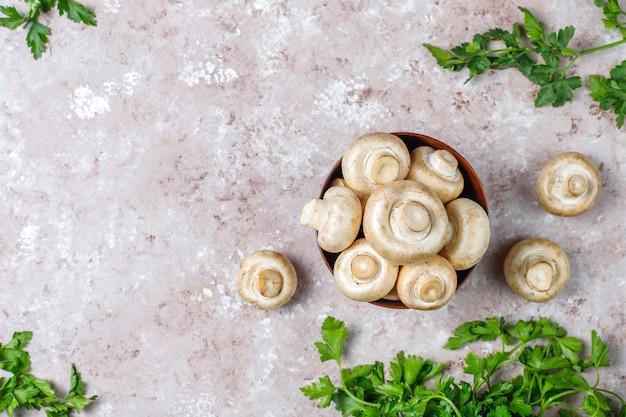 新鮮な有機白キノコシャンピニオン、トップビュー 無料写真