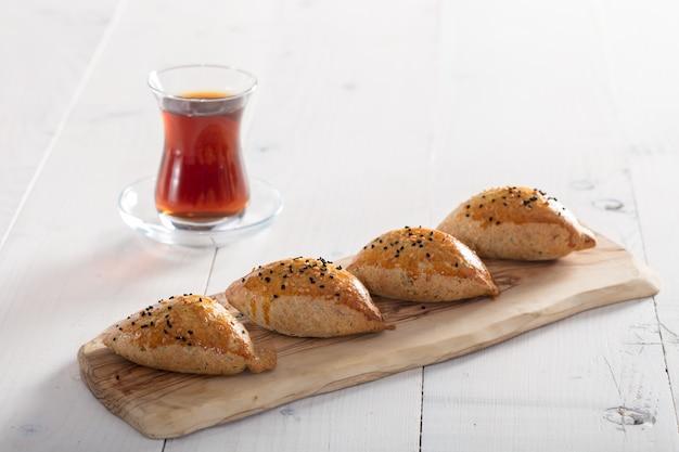 トルコのお茶と白の焼きたてのペストリー Premium写真