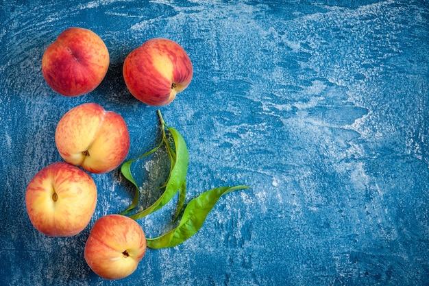 青い石のテーブルに新鮮な桃 Premium写真