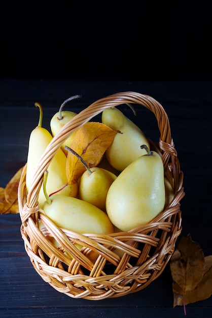 Fresh pears in a wicker basket Premium Photo