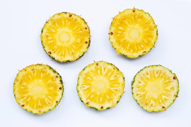 Ломтики ананаса предпосылки свежие белые. Premium Фотографии