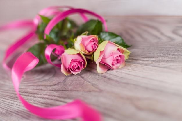 木の上の新鮮なピンクのバラ 無料写真